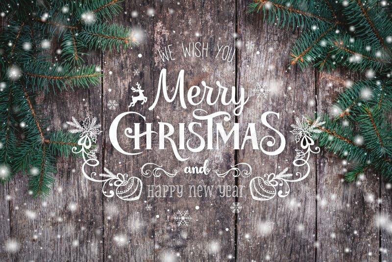 Weihnachtstannenzweige auf hölzernem Hintergrund Weihnachts- und guten Rutsch ins Neue Jahr-Zusammensetzung stockfotografie