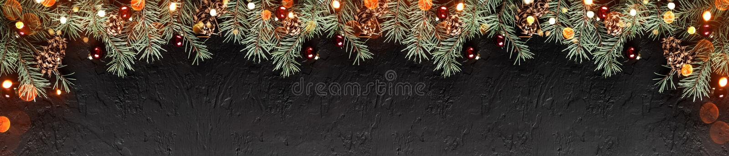 Weihnachtstannenzweige mit Kiefernkegeln auf dunklem Feiertagshintergrund mit Licht Weihnachts- und guten Rutsch ins Neue Jahr-Th lizenzfreie stockfotos