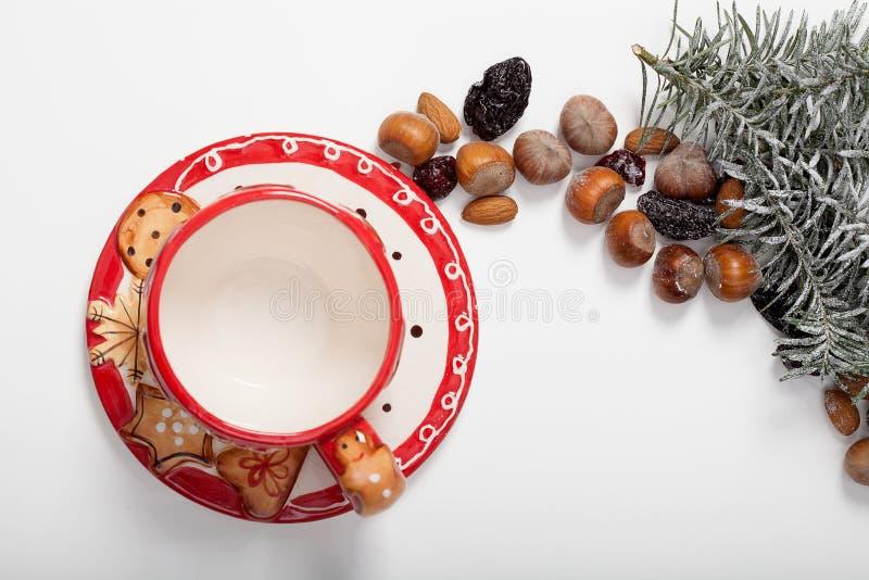 Weihnachtsteeschale und -nüsse stockbild