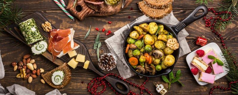 Weihnachtsthemenorientierter Abendtisch stockfotografie