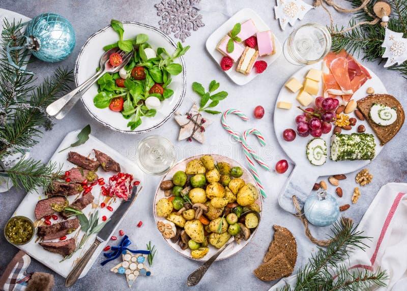 Weihnachtsthemenorientierter Abendtisch stockfotos
