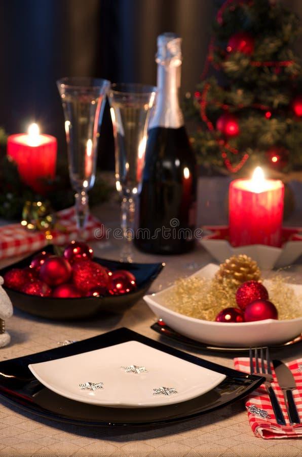 Weihnachtsthemenorientierter Abendtisch lizenzfreies stockbild