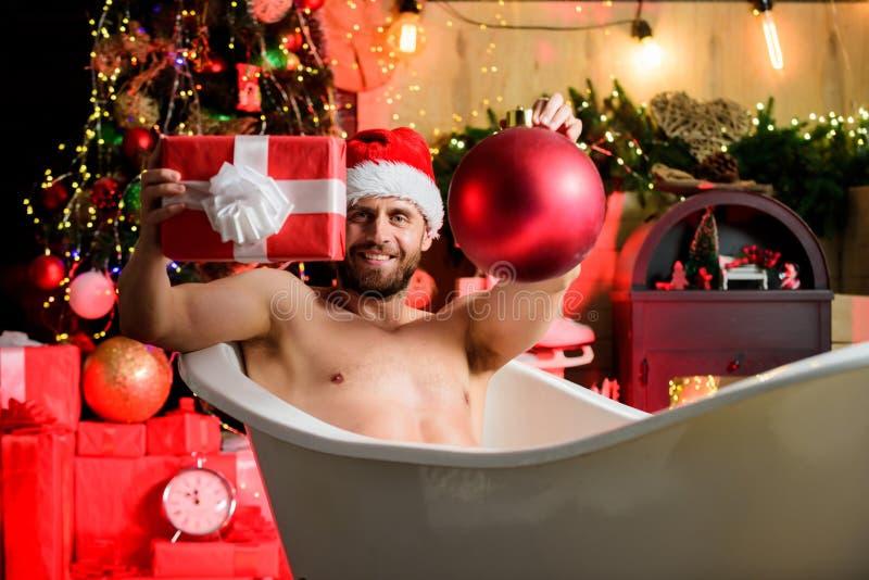 Weihnachtstourismus Von der Badewanne genießen Sie atemberaubende Winterblicke New Years Eve Feiern Buchaufenthalt Hotel genießen stockbild