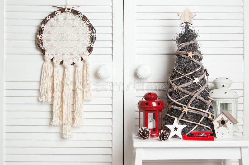 Weihnachtstraumfänger auf Türhintergrund lizenzfreies stockbild
