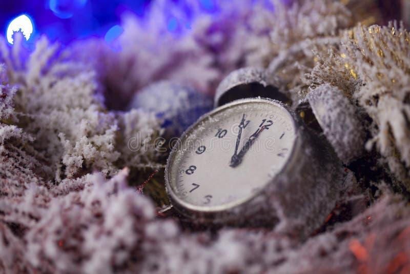 Weihnachtsuhr, bedeckt mit Schnee stockbild