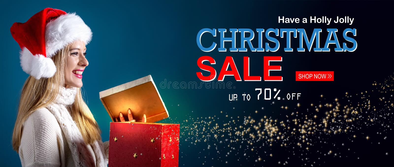 Weihnachtsverkaufsmitteilung mit der Frau, die eine Geschenkbox öffnet lizenzfreies stockbild