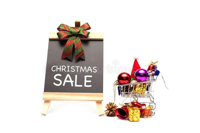 Weihnachtsverkaufswort auf Tafel mit Verzierung Weihnachtsball und -dekoration stockfotos