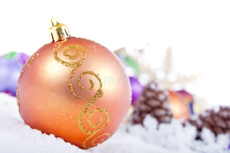 Weihnachtsverzierung auf gefälschtem Schnee lizenzfreie stockfotos