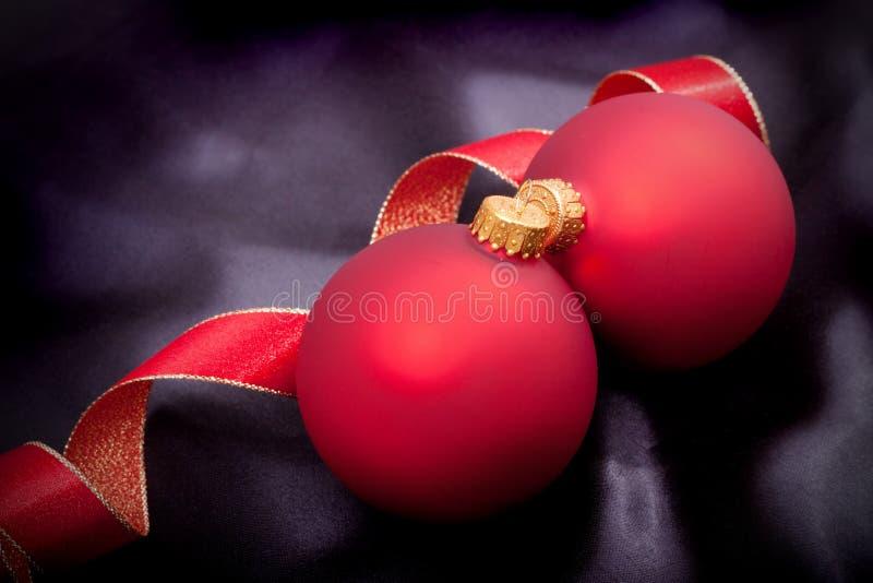 Weihnachtsverzierung auf schwarzem Satin stockfoto