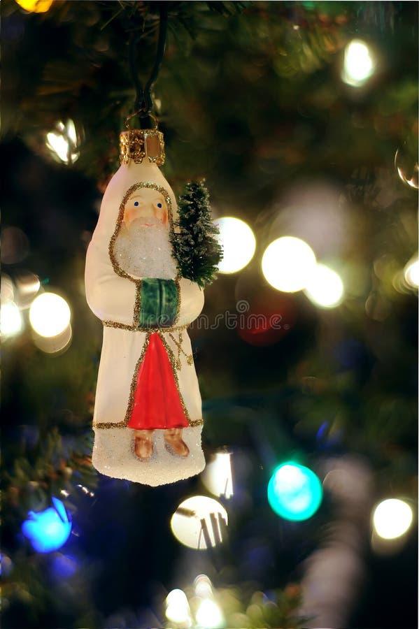 Weihnachtsverzierung, die am Baum hängt lizenzfreies stockbild