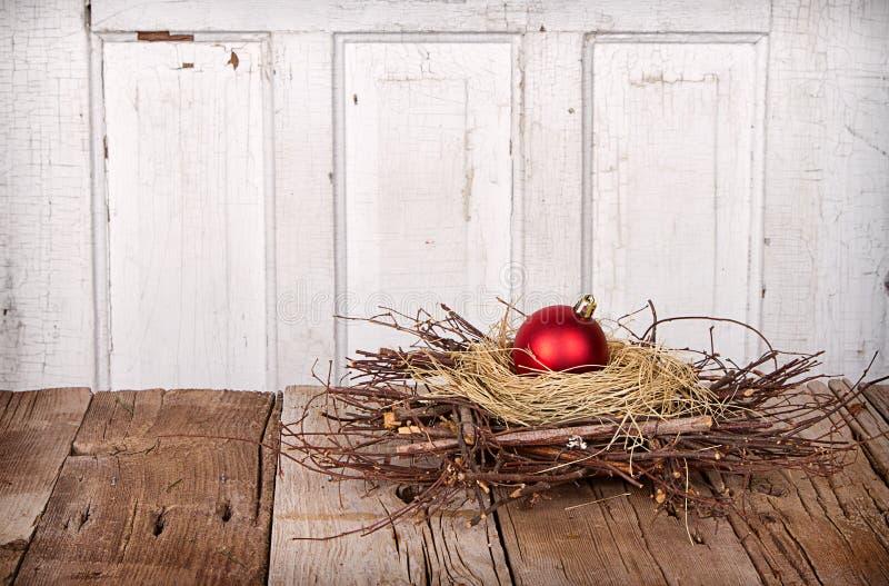 Weihnachtsverzierung in einem Nest stockfotos
