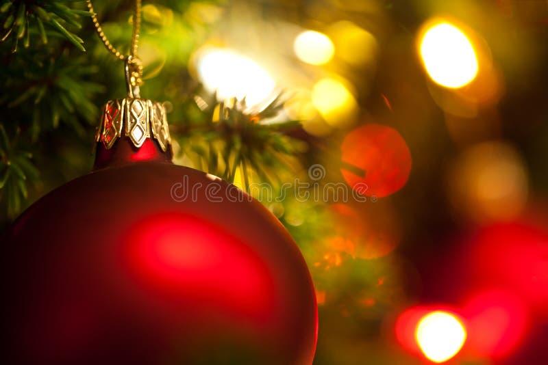 Weihnachtsverzierung mit Baum im Hintergrund, stockfotos