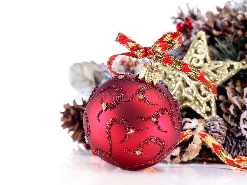 Weihnachtsverzierung mit rotem Farbband, Kieferkegel und stockfoto