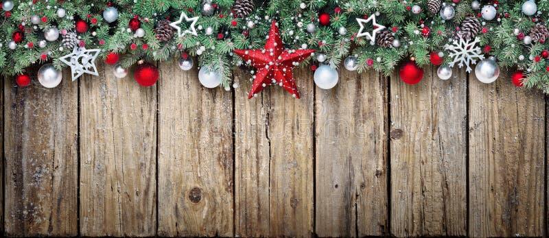 Weihnachtsverzierung mit Tannenzweigen stockfotografie