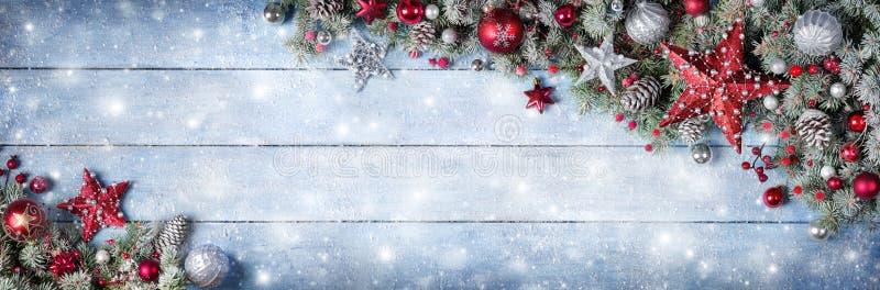 Weihnachtsverzierung mit Tannenzweigen und Lichtern lizenzfreies stockfoto