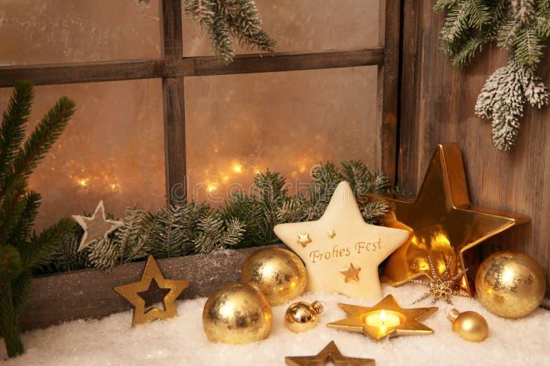 Weihnachtsverzierungen auf Fensterbrett - Landhausstildekoration FO stockbild