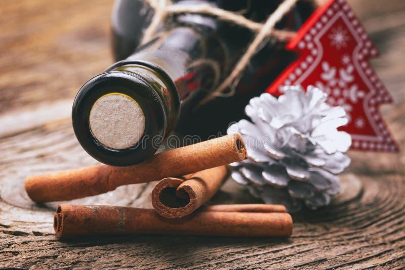 Weihnachtsverzierungen auf Holztisch stockfoto