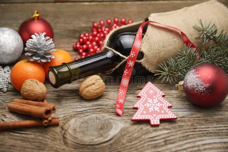 Weihnachtsverzierungen auf Holztisch stockfotografie