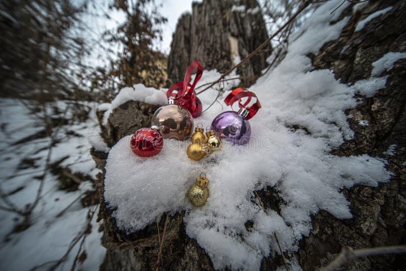 Weihnachtsverzierungen im Schnee stockbilder