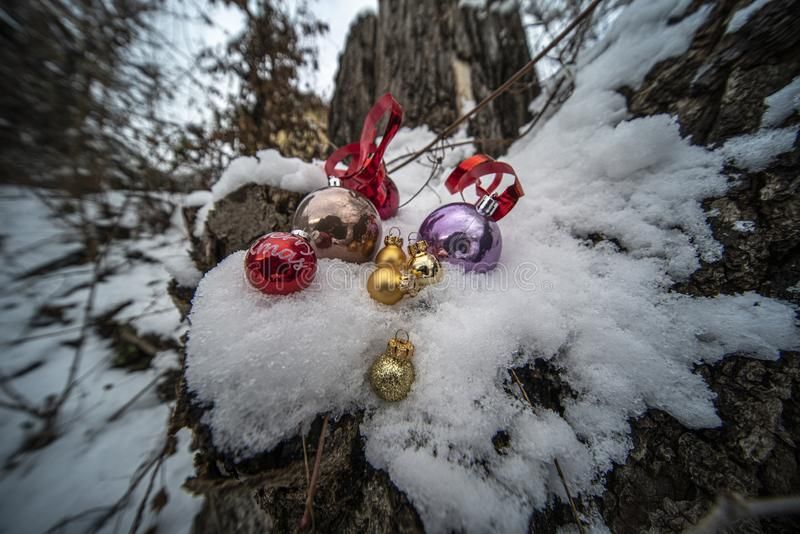 Weihnachtsverzierungen im Schnee lizenzfreie stockfotos