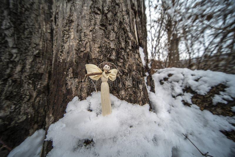 Weihnachtsverzierungen im Schnee lizenzfreies stockfoto