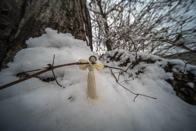 Weihnachtsverzierungen im Schnee lizenzfreies stockbild