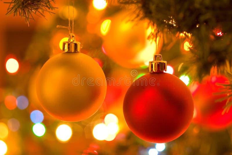 Weihnachtsverzierungen im Weihnachtsbaum stockfotografie
