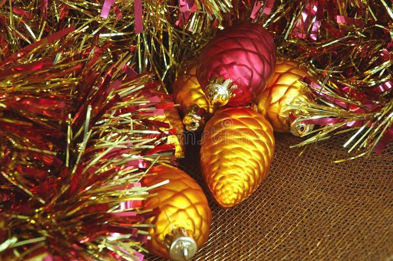 Weihnachtsverzierungen und Filterstreifen-Girlande stockbild