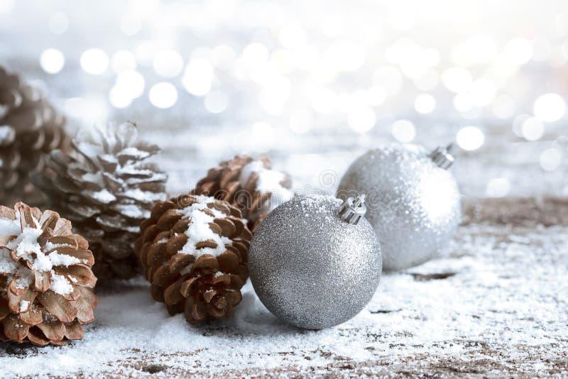Weihnachtsverzierungs-Kiefernkegel; Winterhintergrund mit Frosttannenzweig lizenzfreie stockfotos