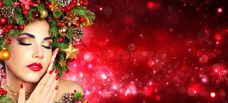 Weihnachtsvorbildliche Girl With Xmas-Baum-Frisur - Rot bilden und maniküren lizenzfreie stockbilder