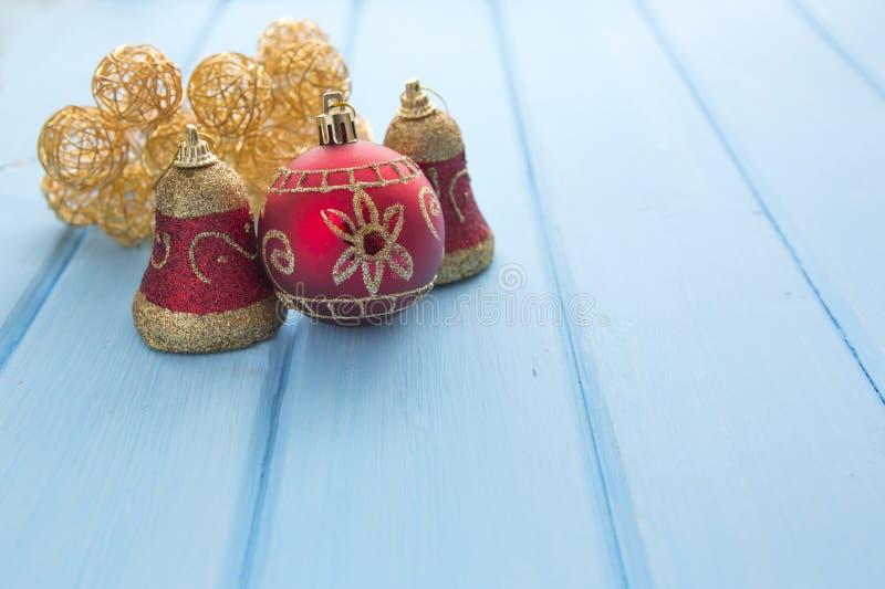 Weihnachtswarme Girlande beleuchtet auf hölzernem rustikalem Hintergrund stockbild