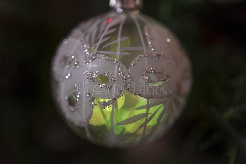 Weihnachtsweißkugel stockfoto