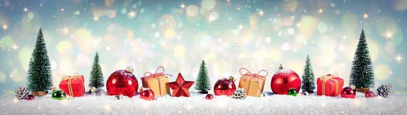 Weihnachtsweinlese-Hintergrund, Geschenke und Baum auf Schnee stockfotos