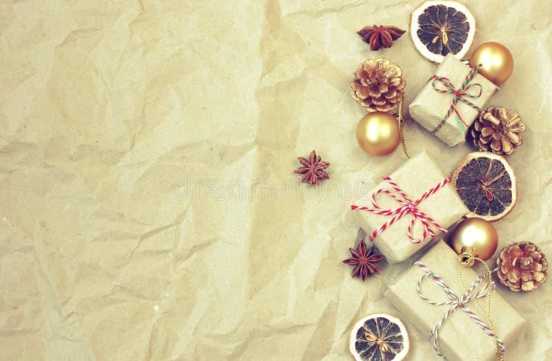 Weihnachtsweinlesegrenze, Tannenbaumaste, Geschenkbox, goldenes Ba lizenzfreies stockfoto