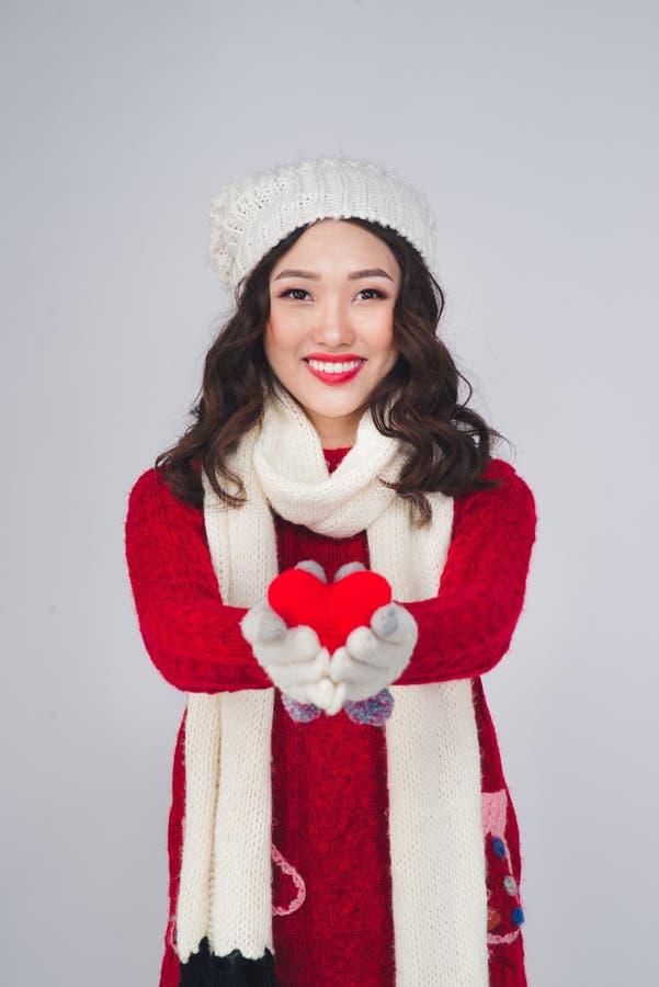 Weihnachtswinter-Glückkonzept Tragender Winter c der Asiatin stockbild