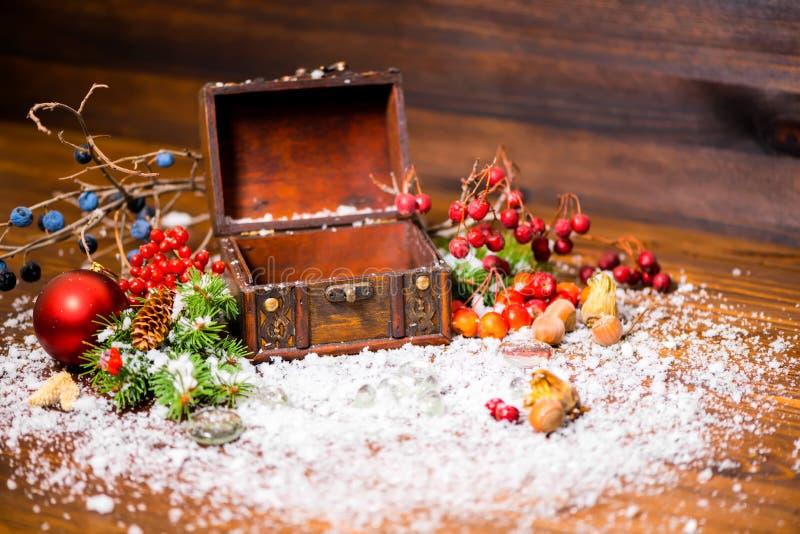 Weihnachtswinterstillleben mit geöffnetem leerem Kasten, Apfel, Nüsse lizenzfreies stockbild
