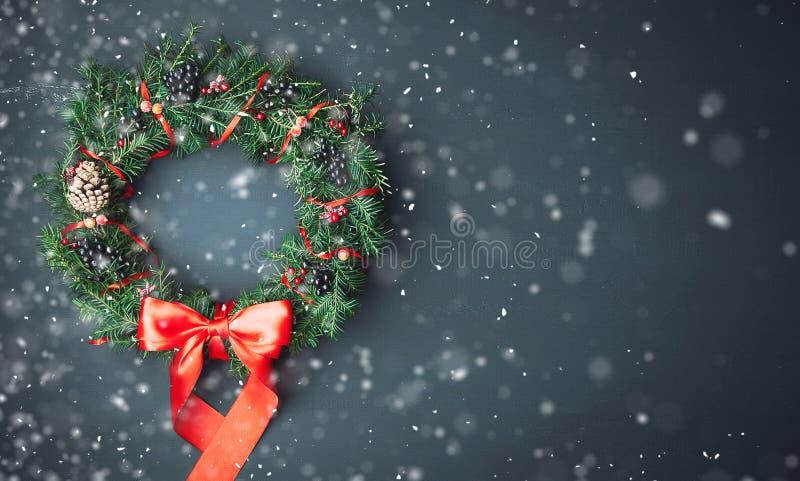 Weihnachtswreath auf einem hölzernen Hintergrund stockfoto