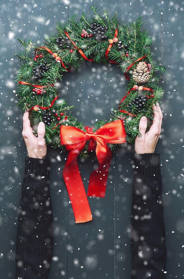 Weihnachtswreath auf einem hölzernen Hintergrund lizenzfreie stockfotos