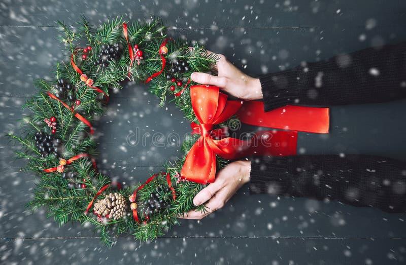 Weihnachtswreath auf einem hölzernen Hintergrund stockbilder