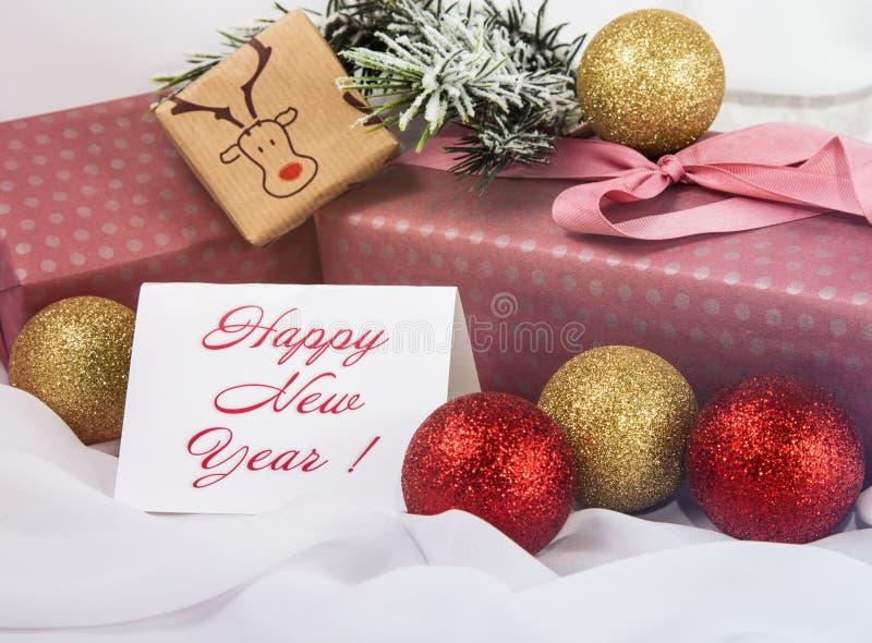 Weihnachtszeichen, Weihnachtsbaum im Schnee, Weihnachtsgoldverzierungen lizenzfreies stockbild