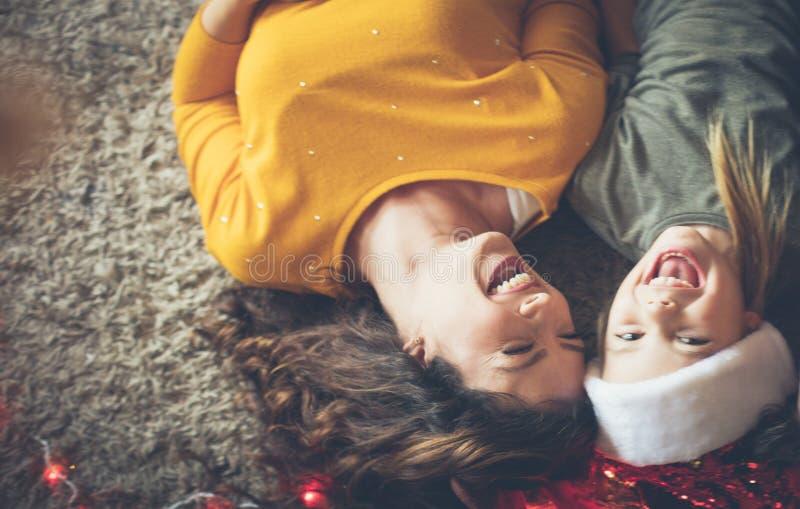 Weihnachtszeit beträgt Familienzeit lizenzfreies stockfoto