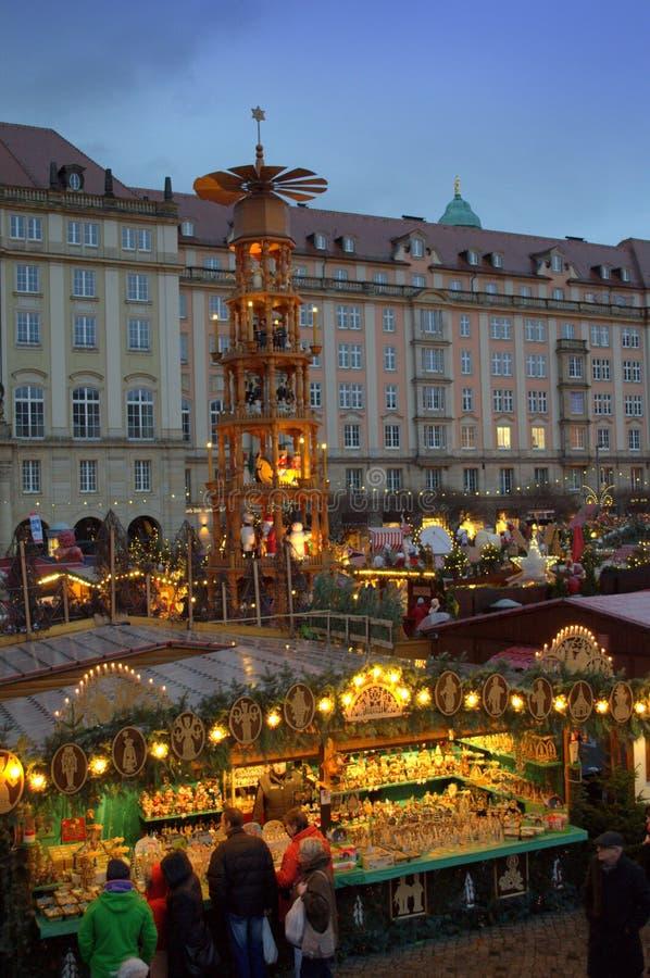 Weihnachtszeitmarkt steht Dresden stockbilder