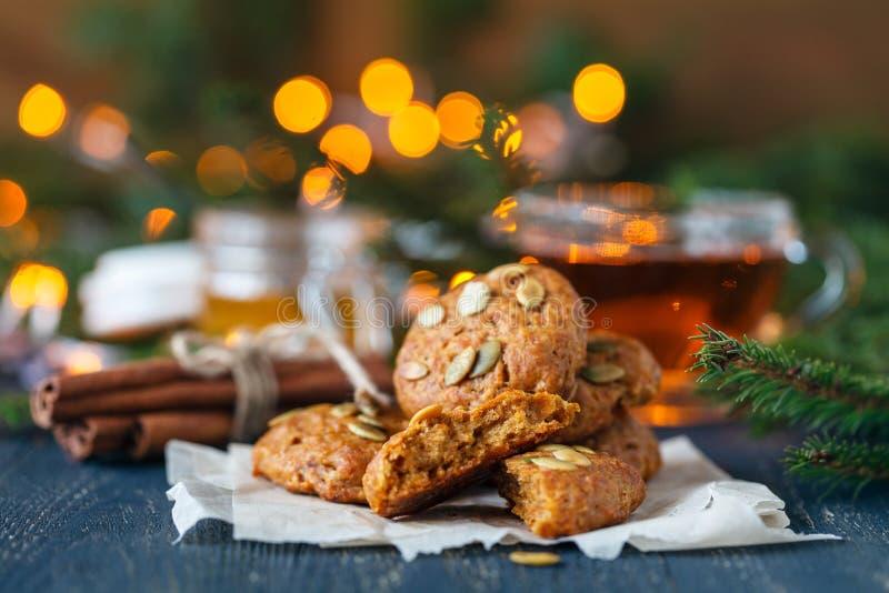 Weihnachtszimtplätzchen, Dekoration der Süßigkeit und neues Jahr ` s auf Weinlesebehälter saugend stockfotos