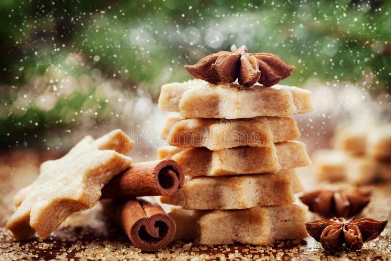 Weihnachtszimtplätzchen oder -keks in Form des Sternes stockfotos