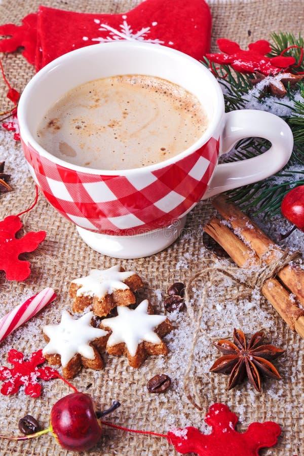 Weihnachtszimtsterne mit Cup Cappuccino lizenzfreie stockfotografie