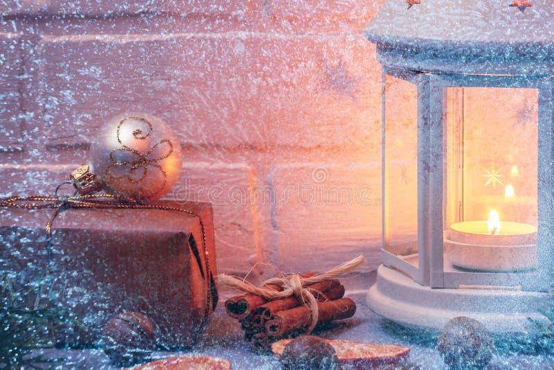 Weihnachtszusammensetzung - Laterne mit brennender Kerze und traditionellen Verzierungen stockbilder