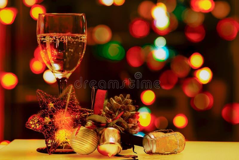 Weihnachtszusammensetzung mit einem Glas Sekt, Weihnachtsdekorationen und Korken lizenzfreie stockbilder