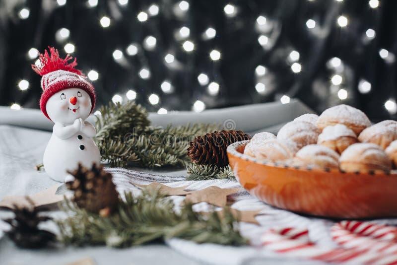 Weihnachtszusammensetzung mit einem Spielzeugschneemann, Papiersterne, Kegel, ch stockbilder