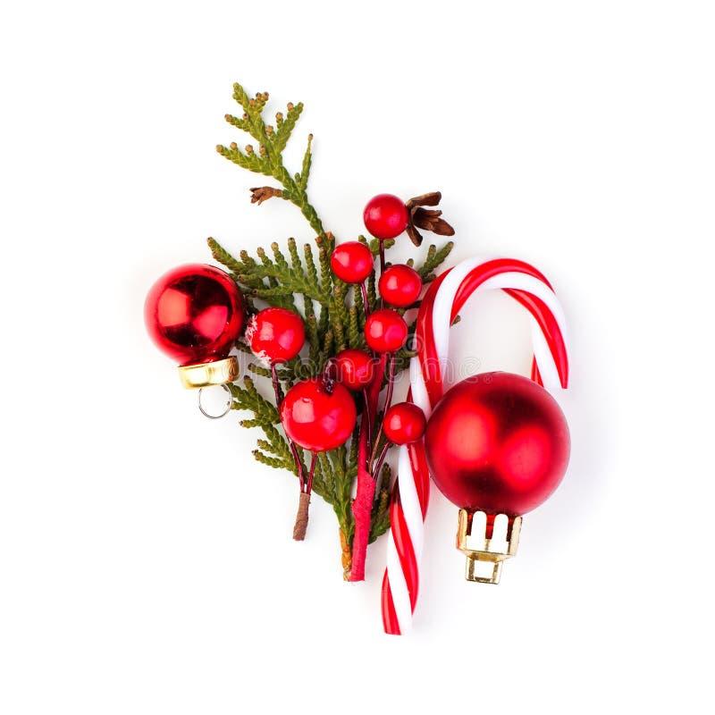 Weihnachtszusammensetzung mit rotem Flitter, Lutschern, Stechpalmenbeeren und grünem Tannenzweig auf weißem Hintergrund lizenzfreie stockbilder