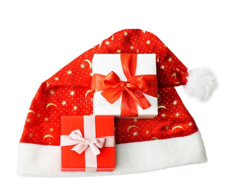 Weihnachtszusammensetzung mit Santa Claus-Hut und -geschenken stockfoto